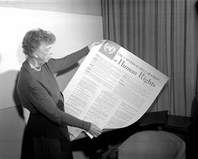 Eleonora Ruzvelt drži Deklaraciju o ljudskim pravima, foto: ohchr.org